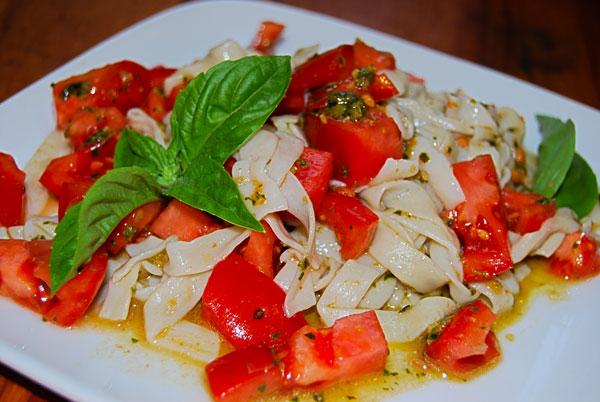 Shirataki with pesto and tomatoes
